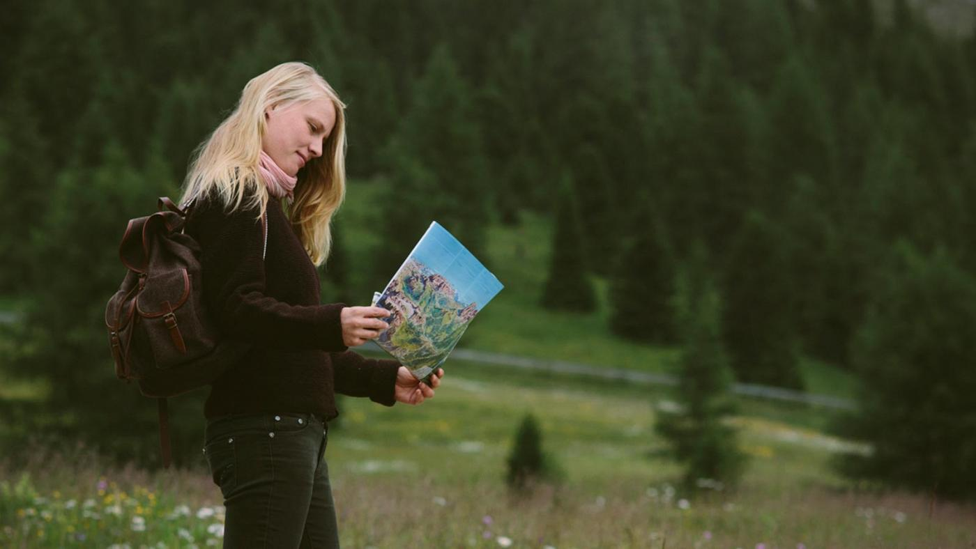 Una ragazza guarda l'itinerario del Sellaronda walk
