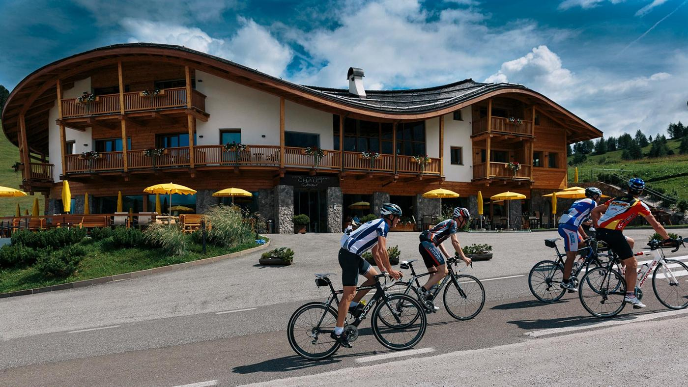 A group of cyclists near Chalet Gerard in Selva Val Gardena